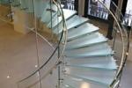 Использование стеклянных лестницы и дверей