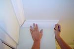 Как клеить декоративный плинтус на потолок