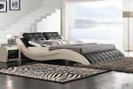 Кожаная кровать в спальне
