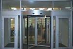 входная группа дверей из алюминия бизнес-центров